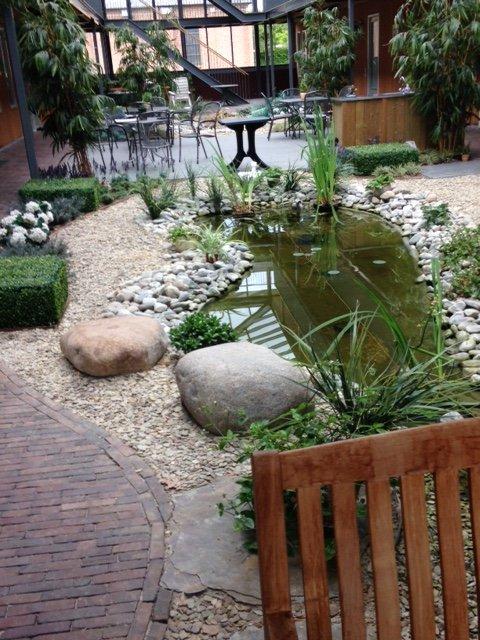 Patio tuin van zoggel bestrating rioolservice bestrating grondwerken for Beneden tuin
